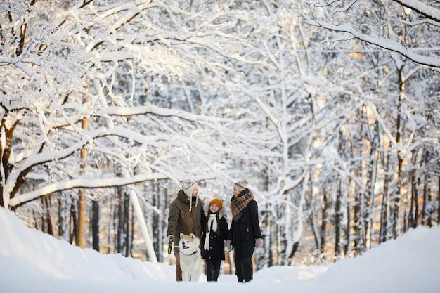 Семья наслаждается прогулкой в парке