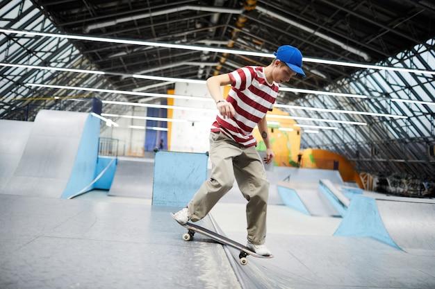 スケートボードの男