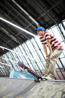 スケートボードを持つ少年