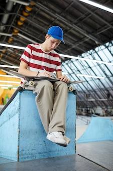 休憩でスケートボーダー