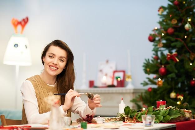 クリスマスの装飾を作る魅力的な女性
