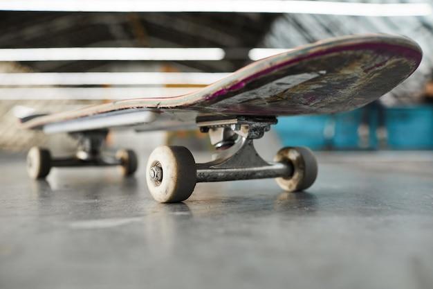 みすぼらしいスケートボード