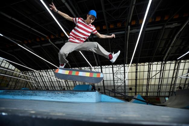 スケートボードを飛び越える
