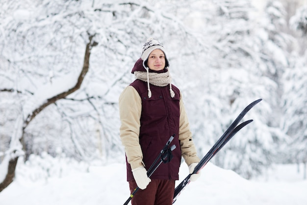 若い男が森でスキー