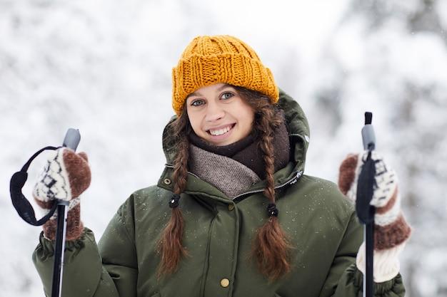 若い女性の森でスキー