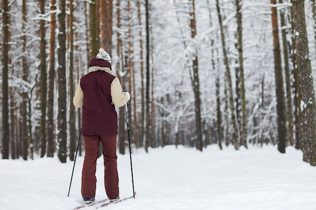森でスキーをする男性
