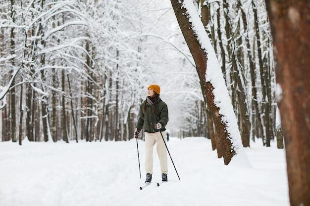森でスキーをするアクティブな女性