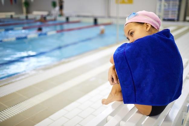 Маленький спортсмен отдыхает после тренировки