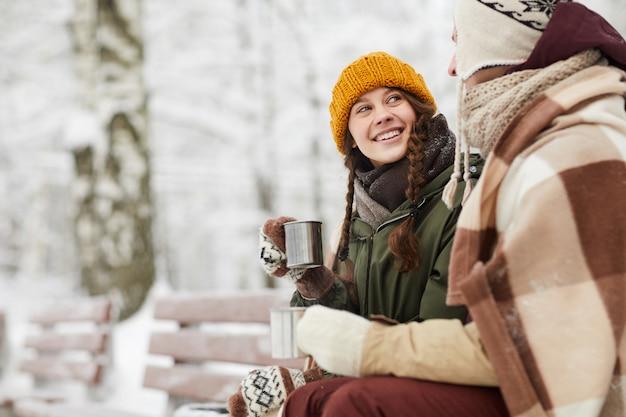 冬の公園で愛するカップル