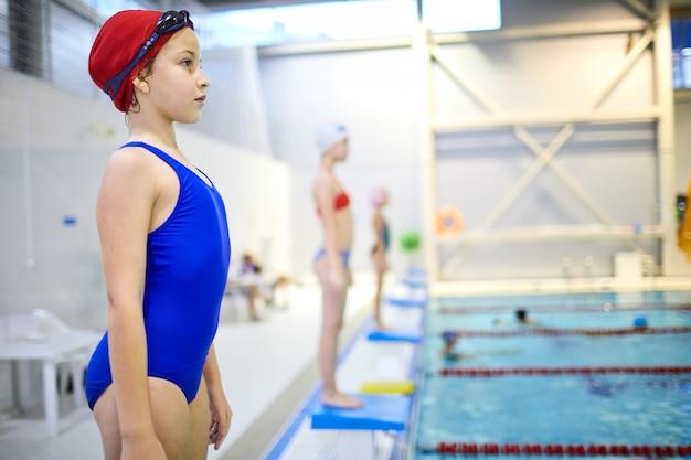 Маленькая девочка на соревнованиях по плаванию