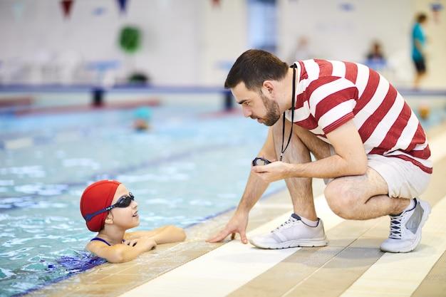 Тренер дает инструкции ребенку