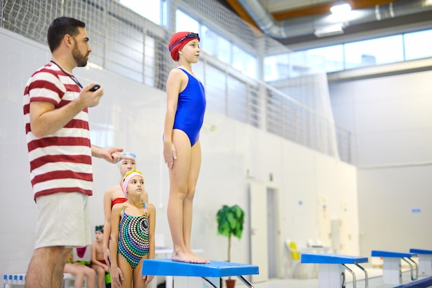 Группа пловцов на спортивной тренировке