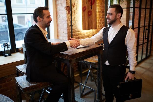 Встреча партнеров в кафе
