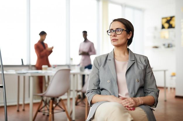 椅子に座って物思いにふける実業家