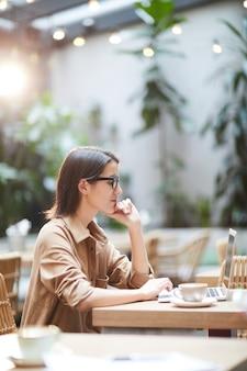 Современная внештатная женщина работает на сайте