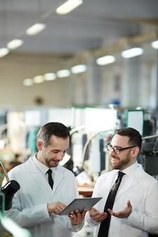 Рабочие на современной производственной фабрике