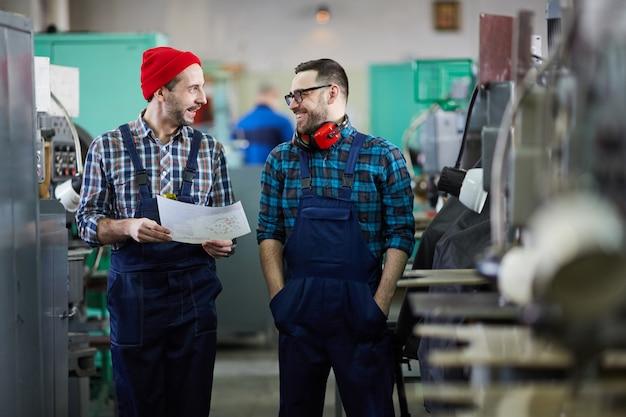 Два рабочих в промышленной мастерской