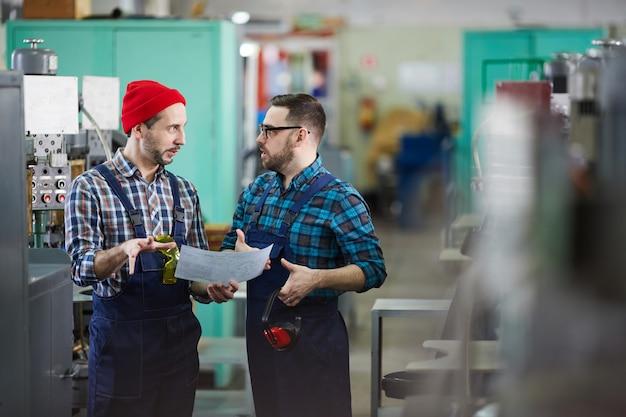 Рабочие в промышленной мастерской