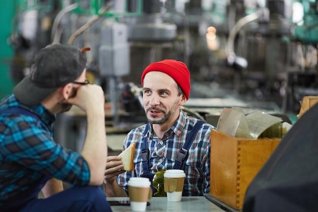 Двое рабочих на обеденный перерыв