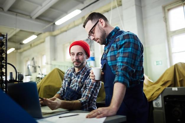 Рабочие обсуждают производственный процесс