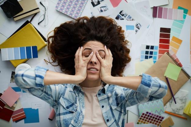 Разочарованная женщина в творческом беспорядке