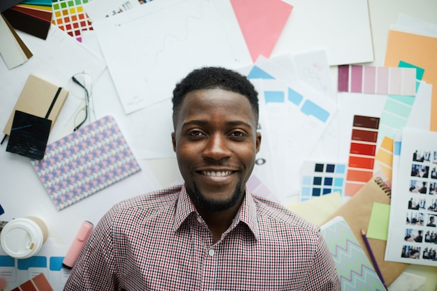 Афро-американский студент по искусству
