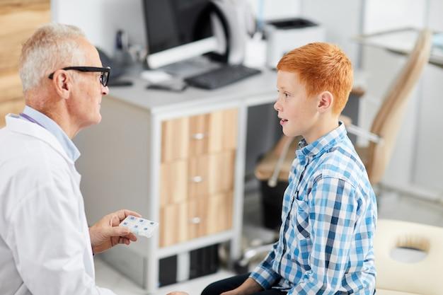 Подросток разговаривает с доктором на здоровье