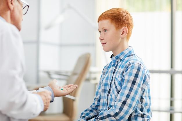Улыбающийся мальчик в офисе врача