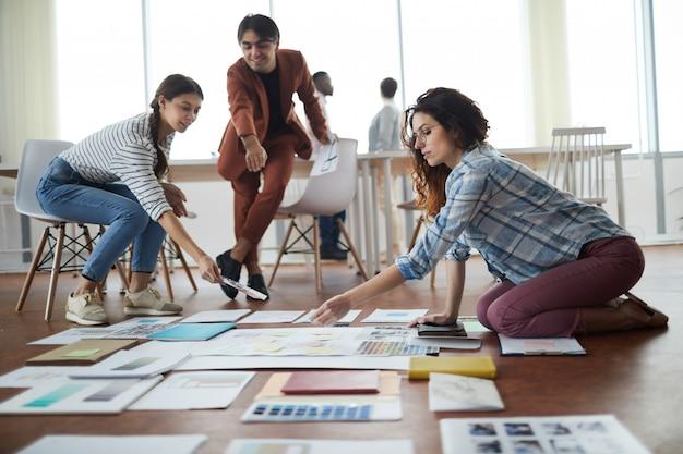ビジネスプロジェクトを計画する学生