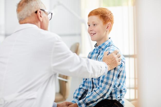 Дружественный доктор консалтинг ребенка