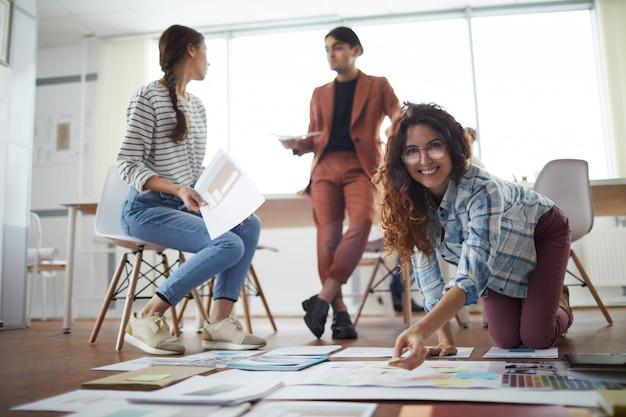 若者が床にビジネスプロジェクトを計画