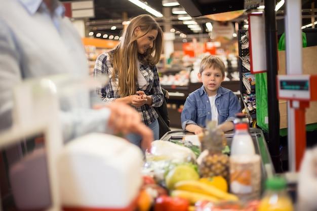 母と息子が食料品を購入