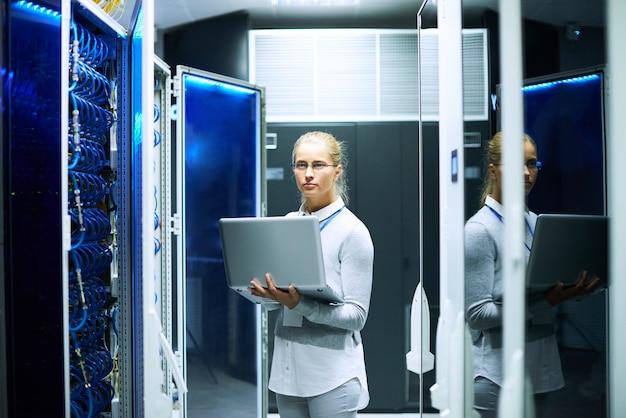 Молодая женщина работает с серверами