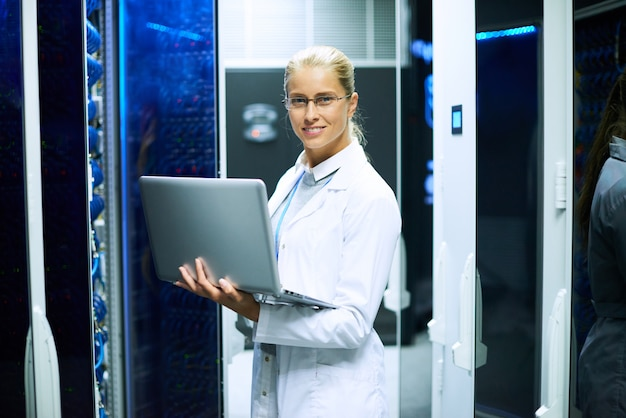 Женский ученый, работающий с суперкомпьютером