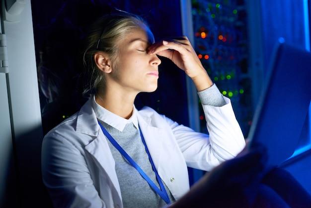 Ученый-компьютерщик работает ночью