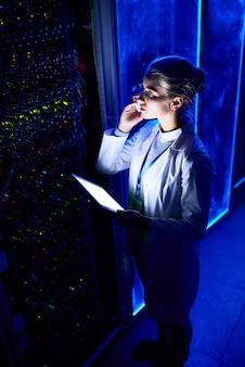 Женщина-ученый в лаборатории данных