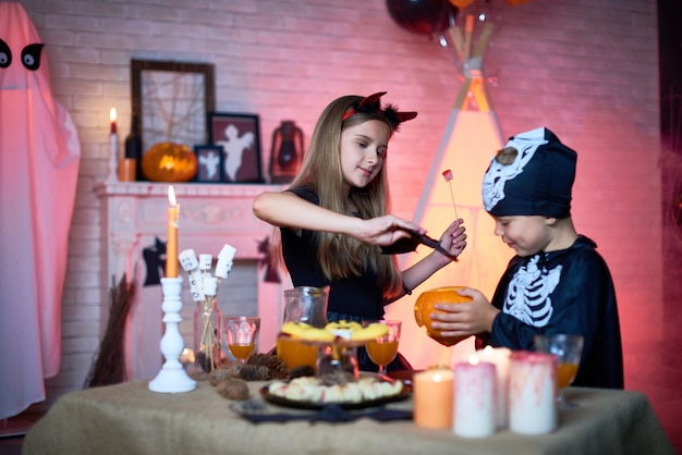 Дети играют во время хэллоуина