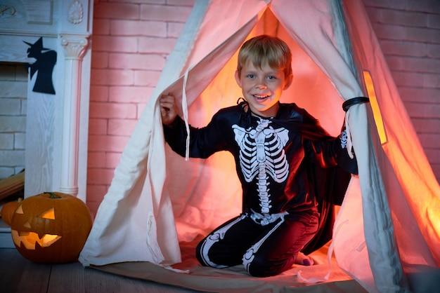 Счастливый маленький мальчик в костюме хэллоуина