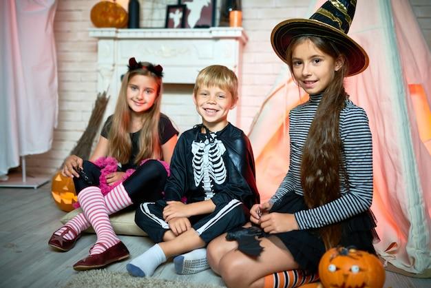 Группа детей на хэллоуин