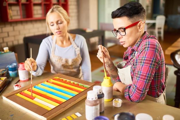 Две молодые женщины работают в арт-студии