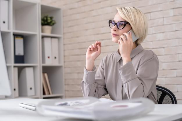 Директор по маркетингу разговаривает с клиентом по телефону