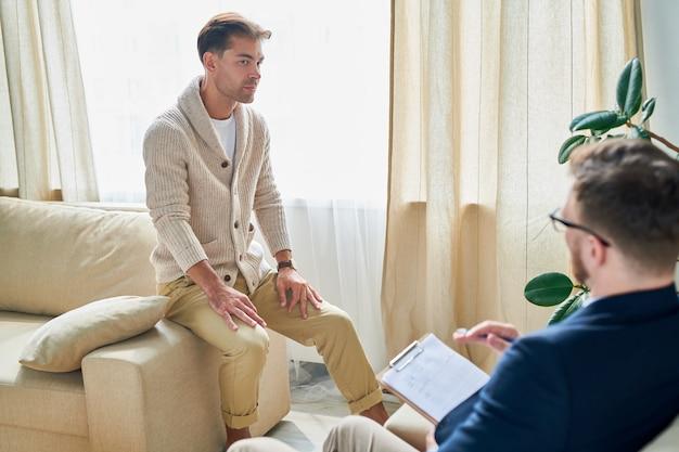 Задумчивый пациент слушает выводы психиатров
