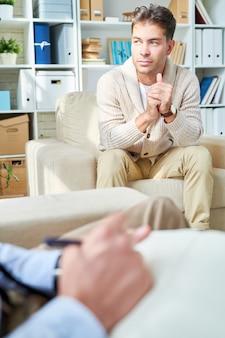 心理学者と話している男性