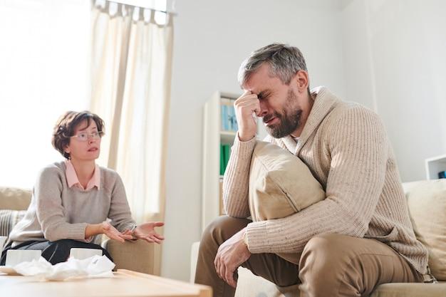 Расстроенный пациент плачет на сессии психиатров