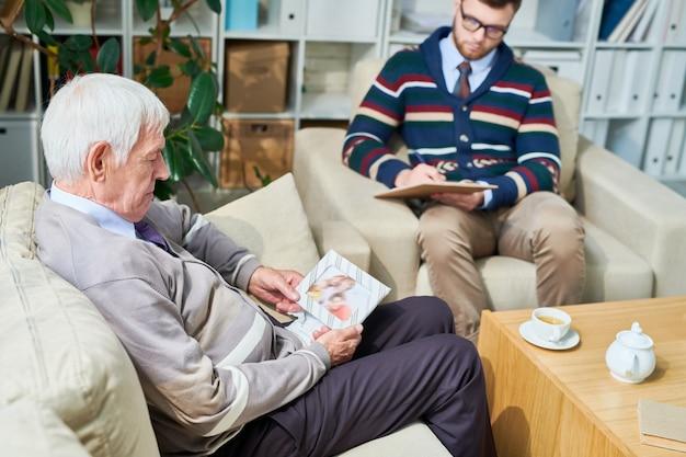 Пожилой мужчина потерял семью на приеме у психиатра