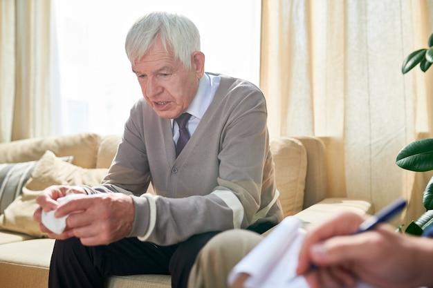 Пожилой мужчина рассказывает о своих проблемах в психотерапии