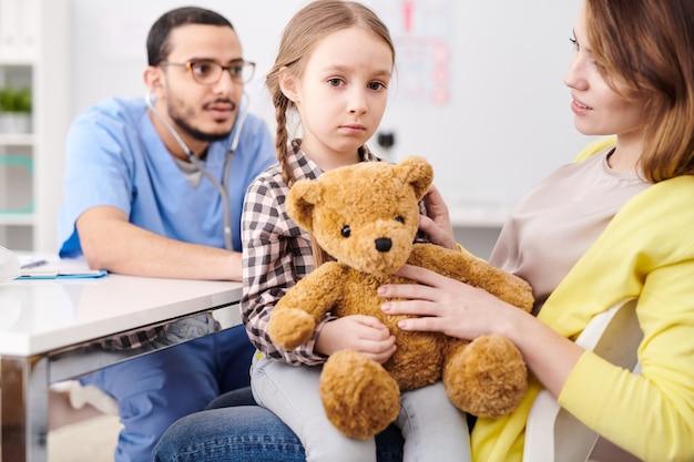小児科医が少女を調べる