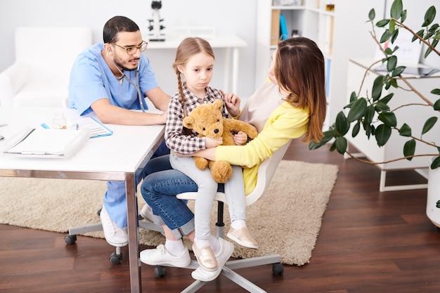 小児科医を訪れる少女