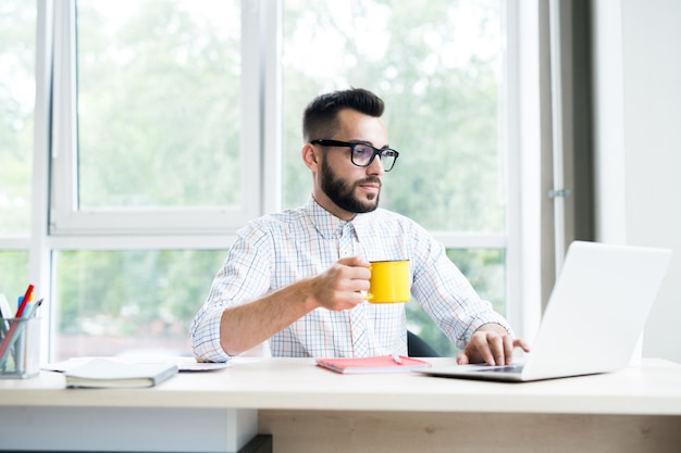 オフィスで働くハンサムな起業家