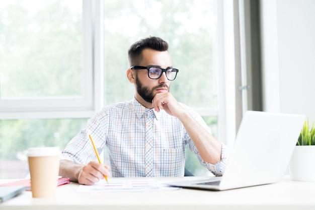 オフィスで働く物思いにふける現代起業家